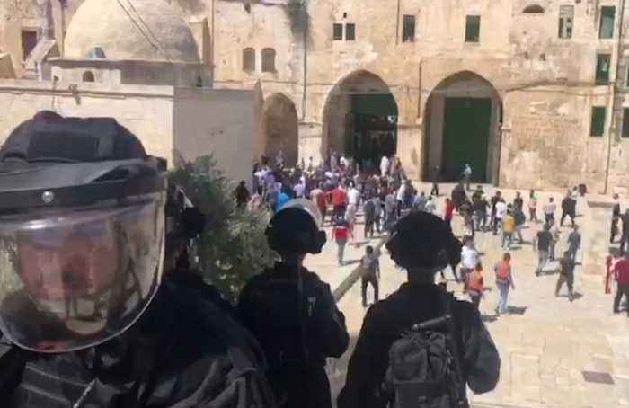 Palestinians and Israeli police clash at Jerusalem holy site