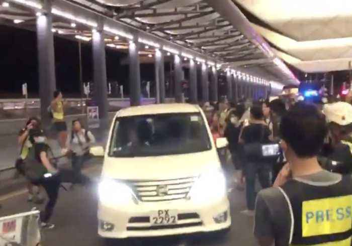 Hong Kong Airport Demonstrators Impede Police Vans, Clash With Officers in Riot Gear