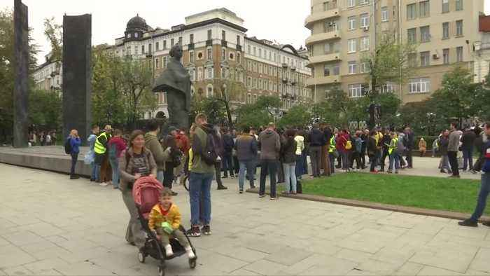 Russian opposition activists picket for free elections