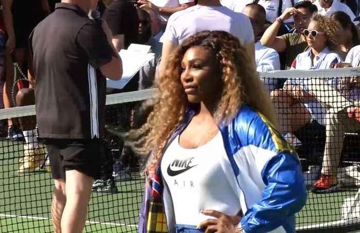 Serena Williams and Simona Halep warm up for U.S. Open i