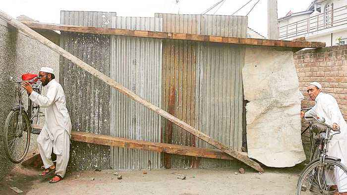 Kashmiris erect barricades to keep Indian soldiers at bay
