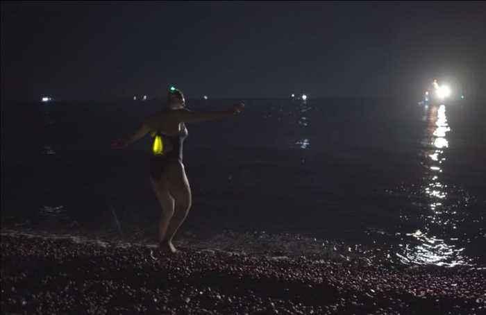 U.S. woman crosses Channel four times in record-breaking swim