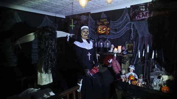 Man transforms his entire bungalow into a terrifying house of horrors for Hallowe'en