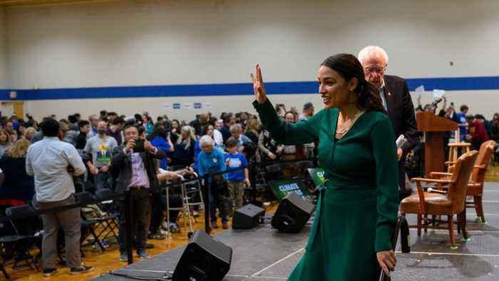 Alexandria Ocasio-Cortez brings in crowds of people at Bernie Sanders Iowa rallies