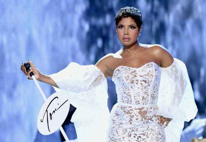 Toni Braxton Wows With First AMAs Performance in 25 Years