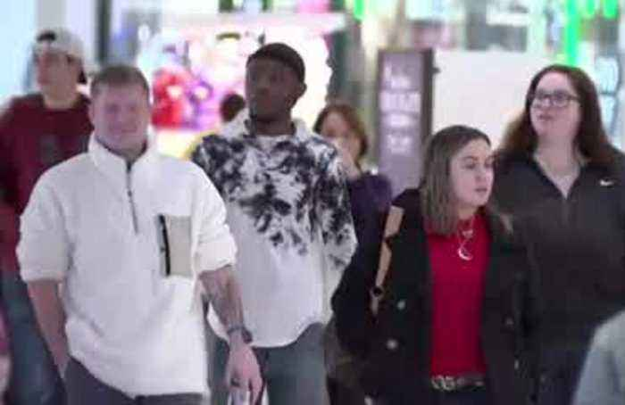 U.S. shoppers sniff out Black Friday deals