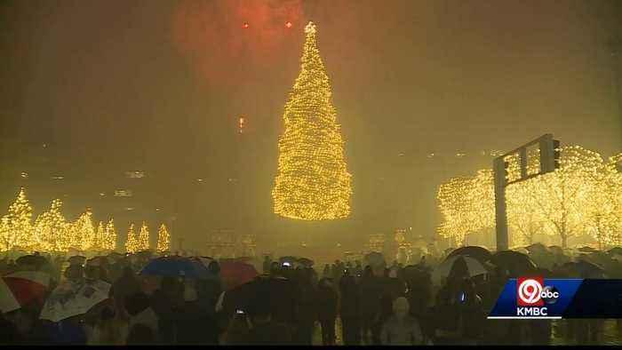 Big crowd turns out for lighting of KC mayor's Christmas tree