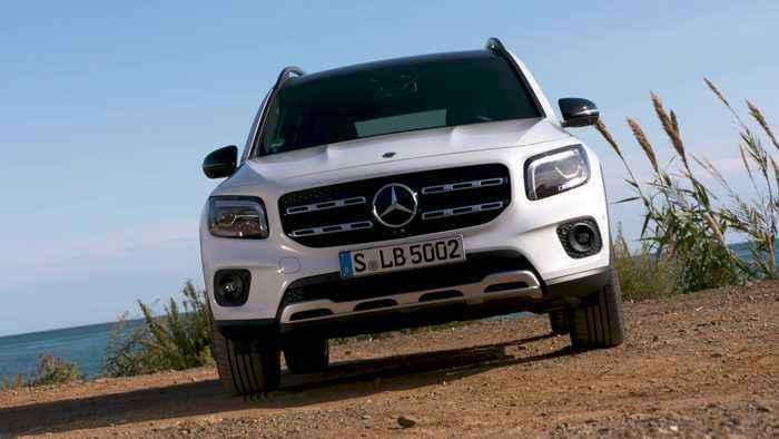 The new Mercedes-Benz GLB 250 4matic Design in White metallic