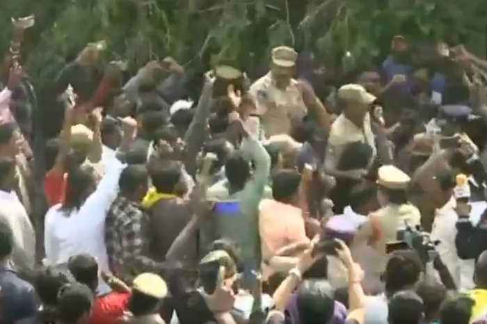 Hyderabad Case : People celebrate and cheer for Telangana Police at encounter site