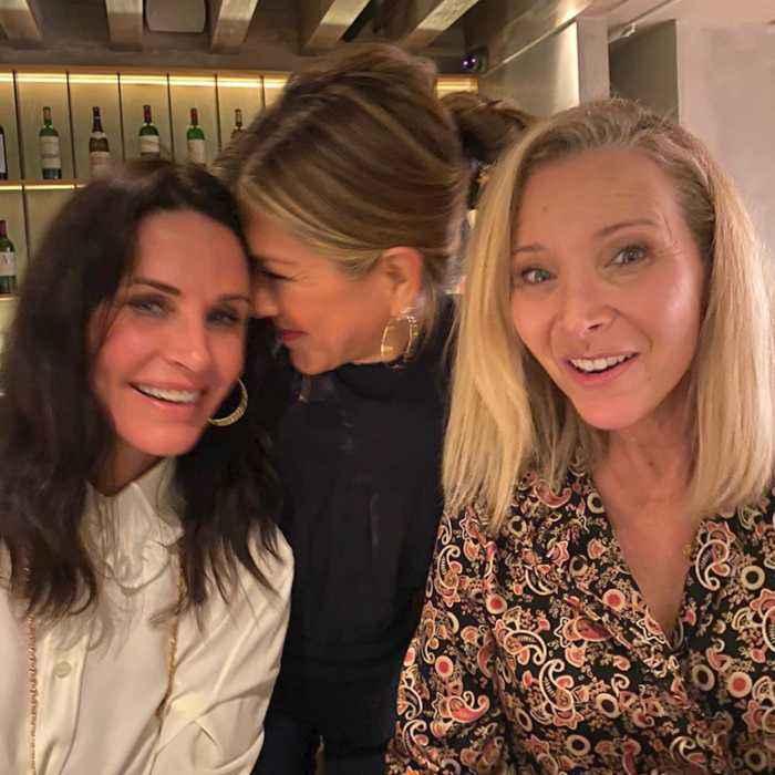 Jennifer Aniston, Lisa Kudrow and Courtney Cox have a Sunday night Girls Night Out!