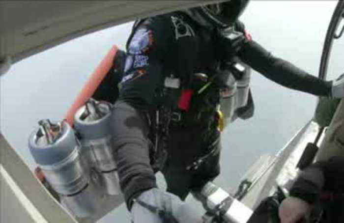 Watch jetpack daredevils soar through China's 'Heaven's Gate'