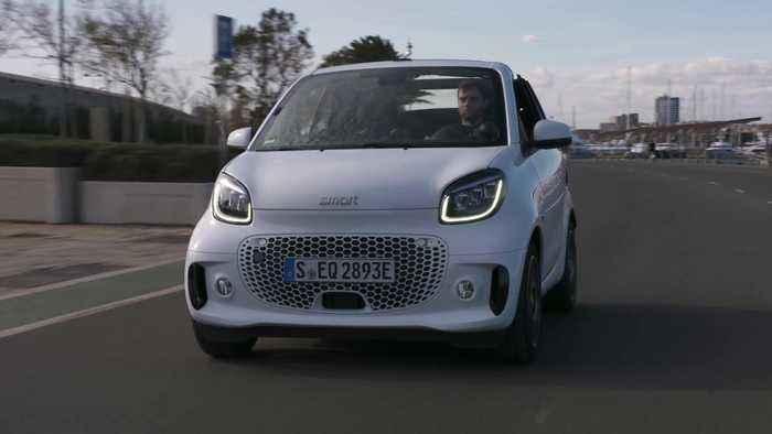 smart EQ fortwo Cabrio in white Driving Video