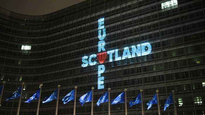 Brexit: SNP projects pro-EU message onto European Parliament