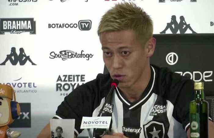 Japan soccer star Honda gets roaring welcome to Brazil's Botafogo
