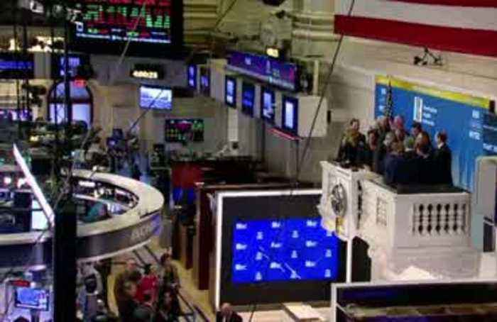 Dow, S&P 500 hurt by Apple warning