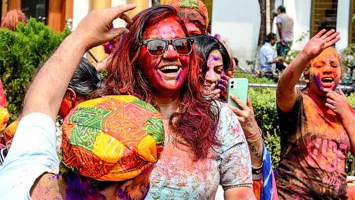 India Holi festival: Celebrations overshadowed by virus outbreak