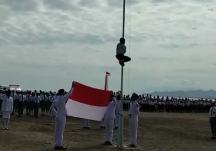 Indonesian Schoolboy Climbs Flagpole to Fix Rope on Independence Day