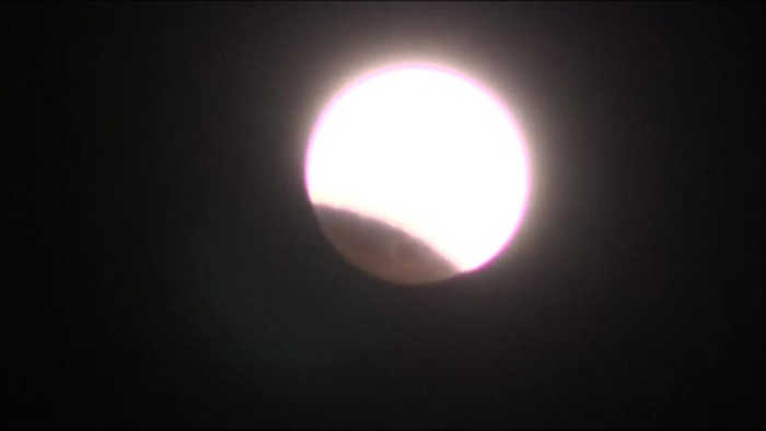 VIDEO 2-for-1: Total lunar eclipse comes with supermoon bonus