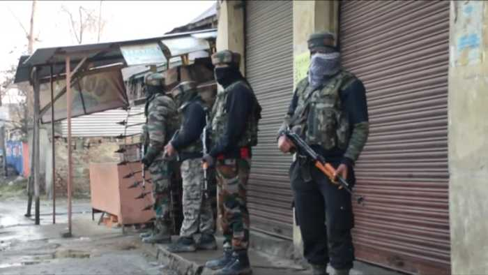 Kashmir gun battle with militants kills 4 Indian soldiers and a civilian