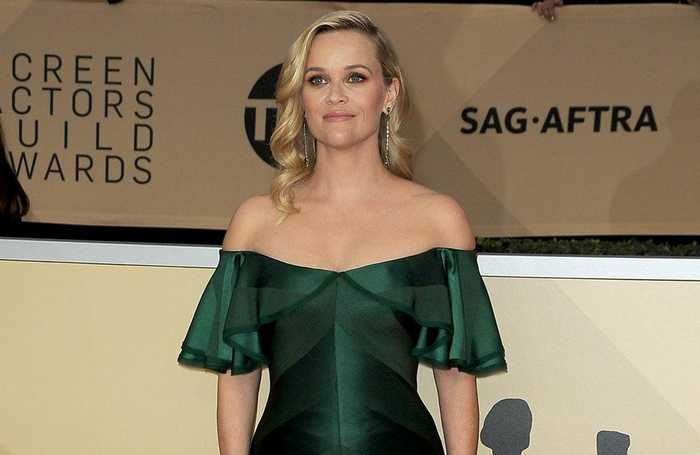 Reese Witherspoon gets beauty tips from her daughter