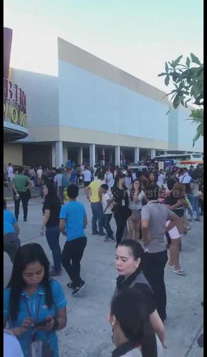 Shoppers pour from building as earthquake hits the Philippines