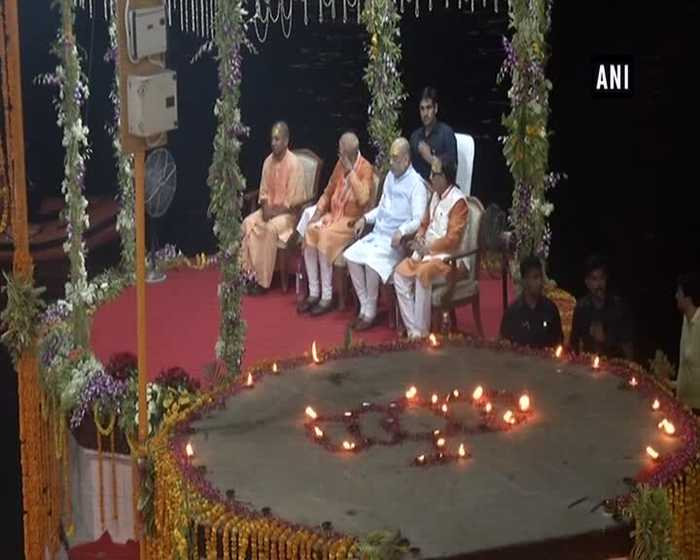 PM Modi offers prayers at Varanasi's Dashashwamedh Ghat