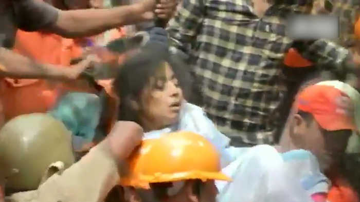 Mumbai building collapse | NDRF personnel rescue woman from debris