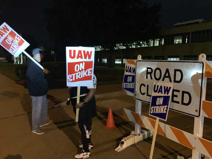 Gm workers on strike, talks resume this morning
