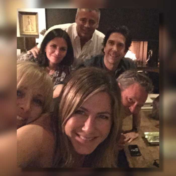 Jennifer Aniston just blessed the internet with an epic selfie of the 'Friends' cast