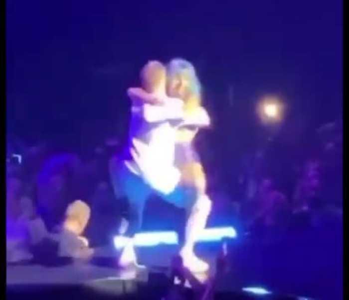 Video registró la caída de Lady Gaga mientras bailaba con un fan en pleno concierto