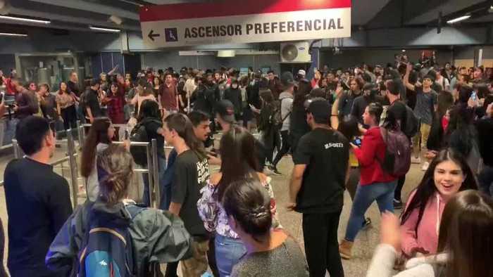 Disturbios por precio del Metro en Santiago de Chile, colapsa la ciudad