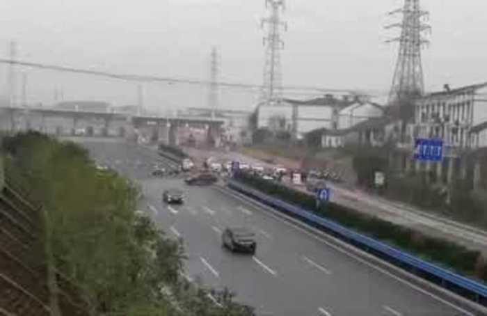 Checkpoints and long queues as Wuhan goes into lockdown