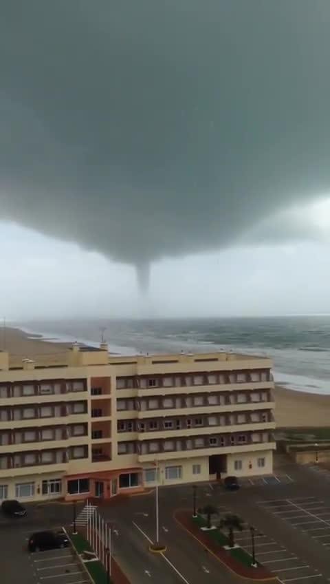 Crazy tornado vortex captured on camera in Cádiz, Spain