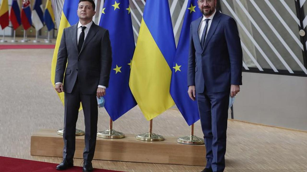 EU and Ukraine pledge to deepen relations, call on Russia to respect peace deal