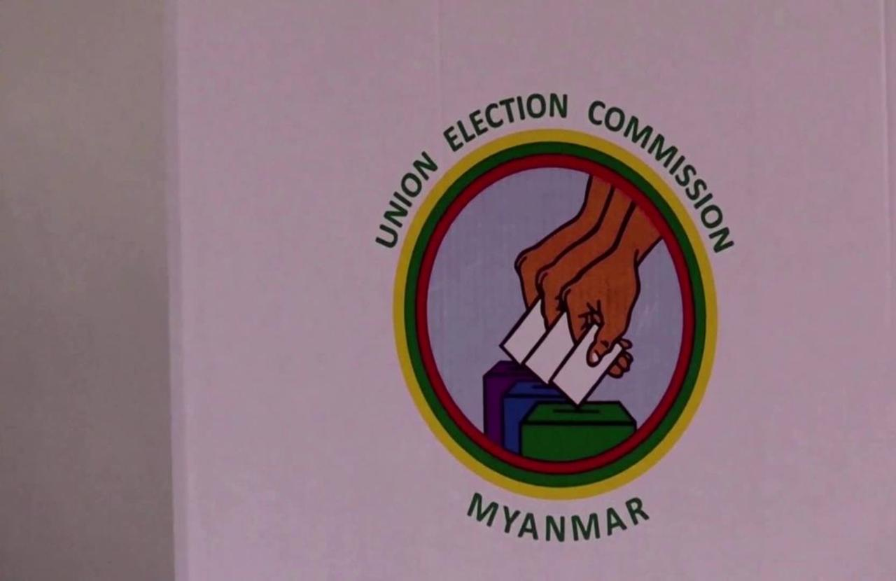 Aung San Suu Kyi casts vote ahead of election