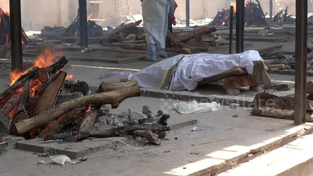 Crematoriums in Delhi struggle to keep up as COVID death toll rises