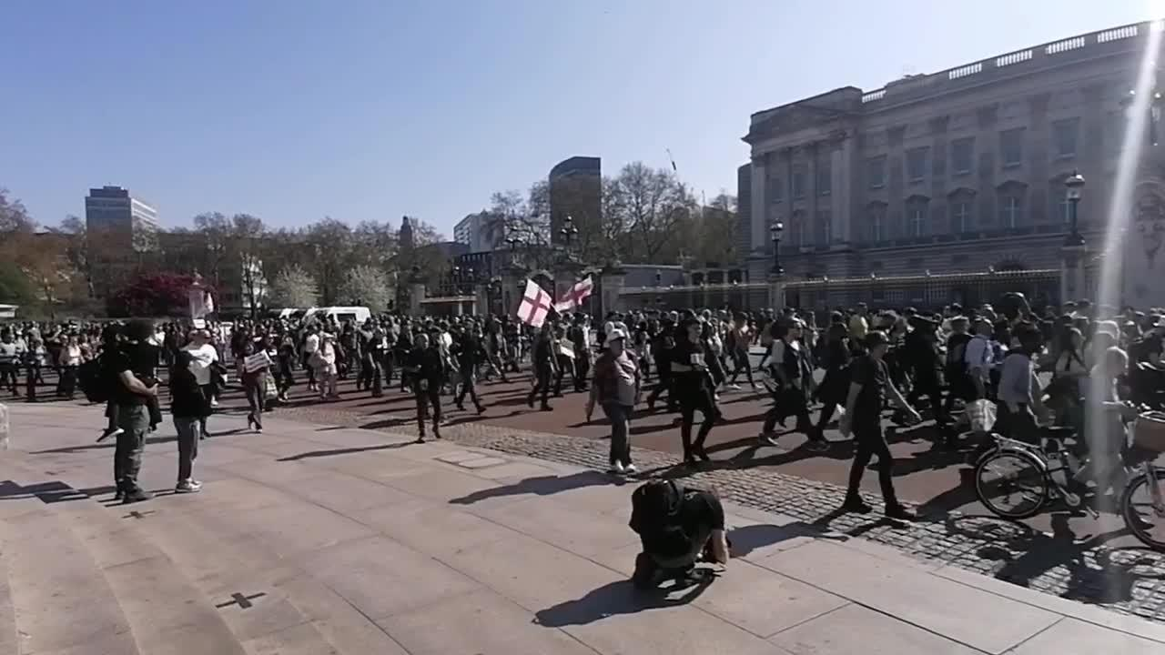 Anti-lockdown protesters demonstrate outside Buckingham Palace in London