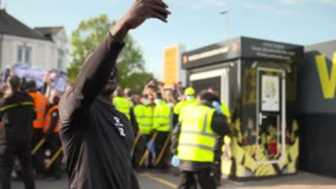 Watford players celebrate PL promotion with fans