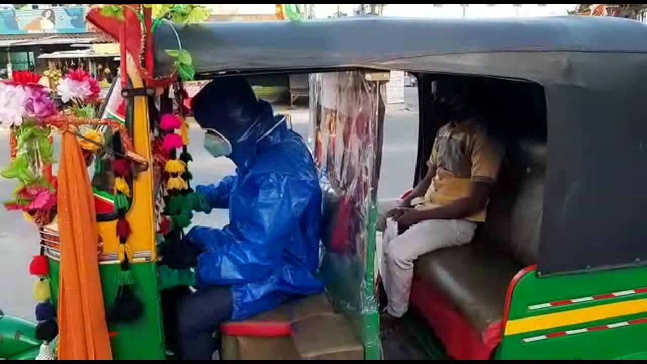 Brave rickshaw driver takes COVID-19 patients to hospital free of charge in India