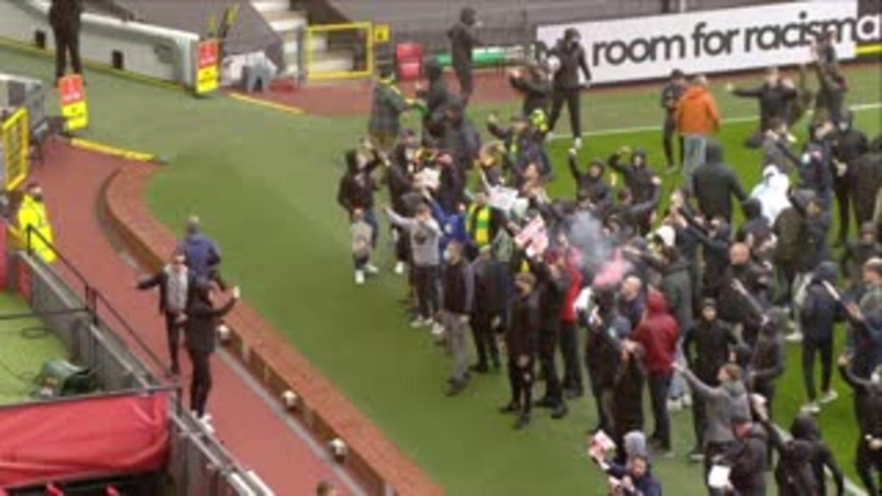 Man Utd fans storm pitch in Glazer protest