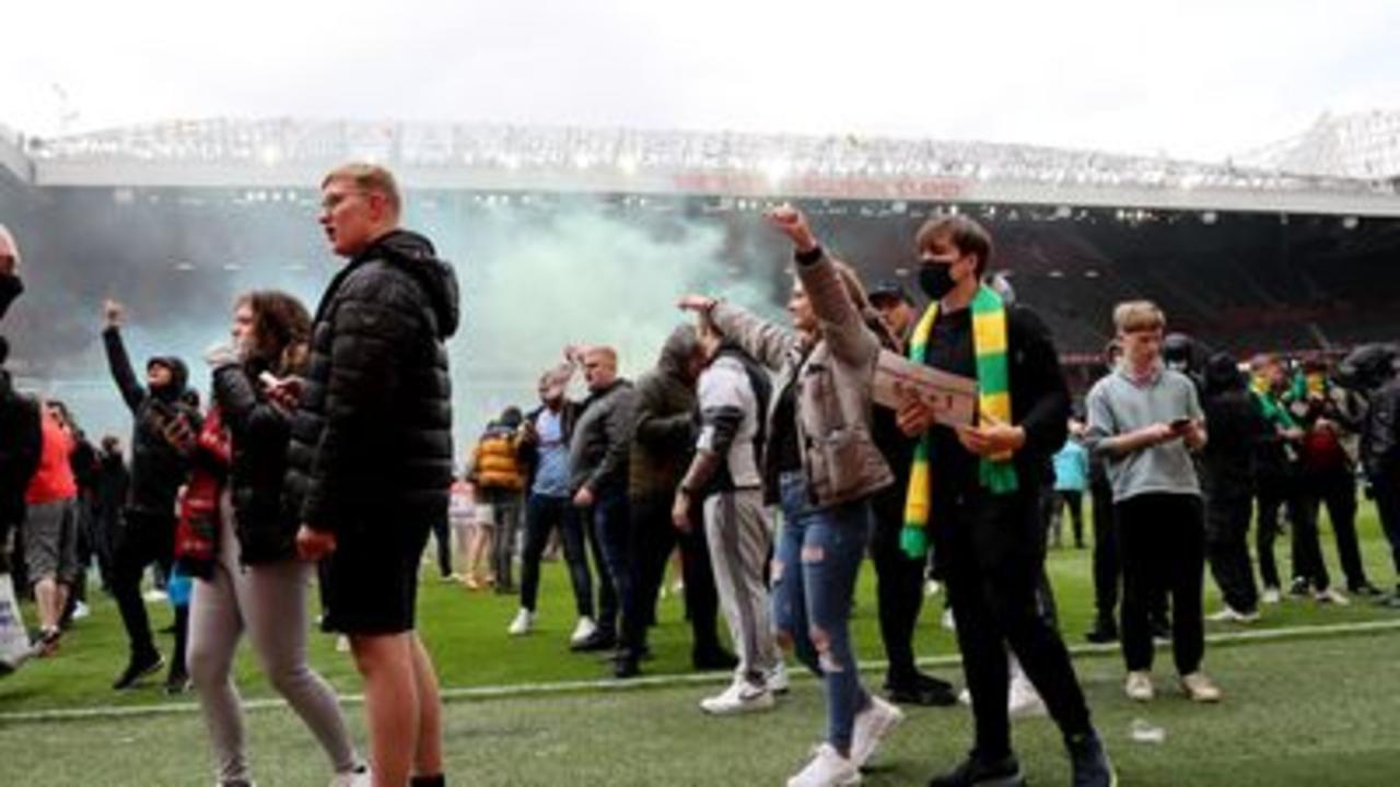 Man Utd match delayed after fans invade pitch