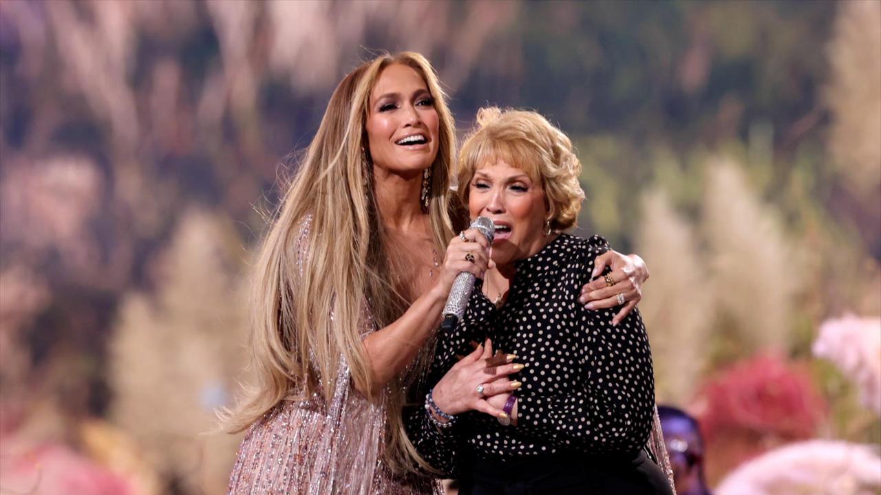 Jennifer Lopez en duo avec sa maman lors du concert Global Citizen's VAX Live!