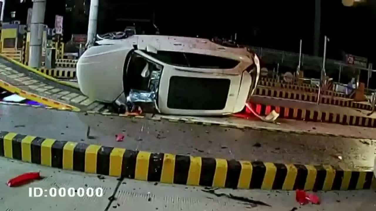 Speeding vehicle crashes into tollgate leaving four injured in southern China