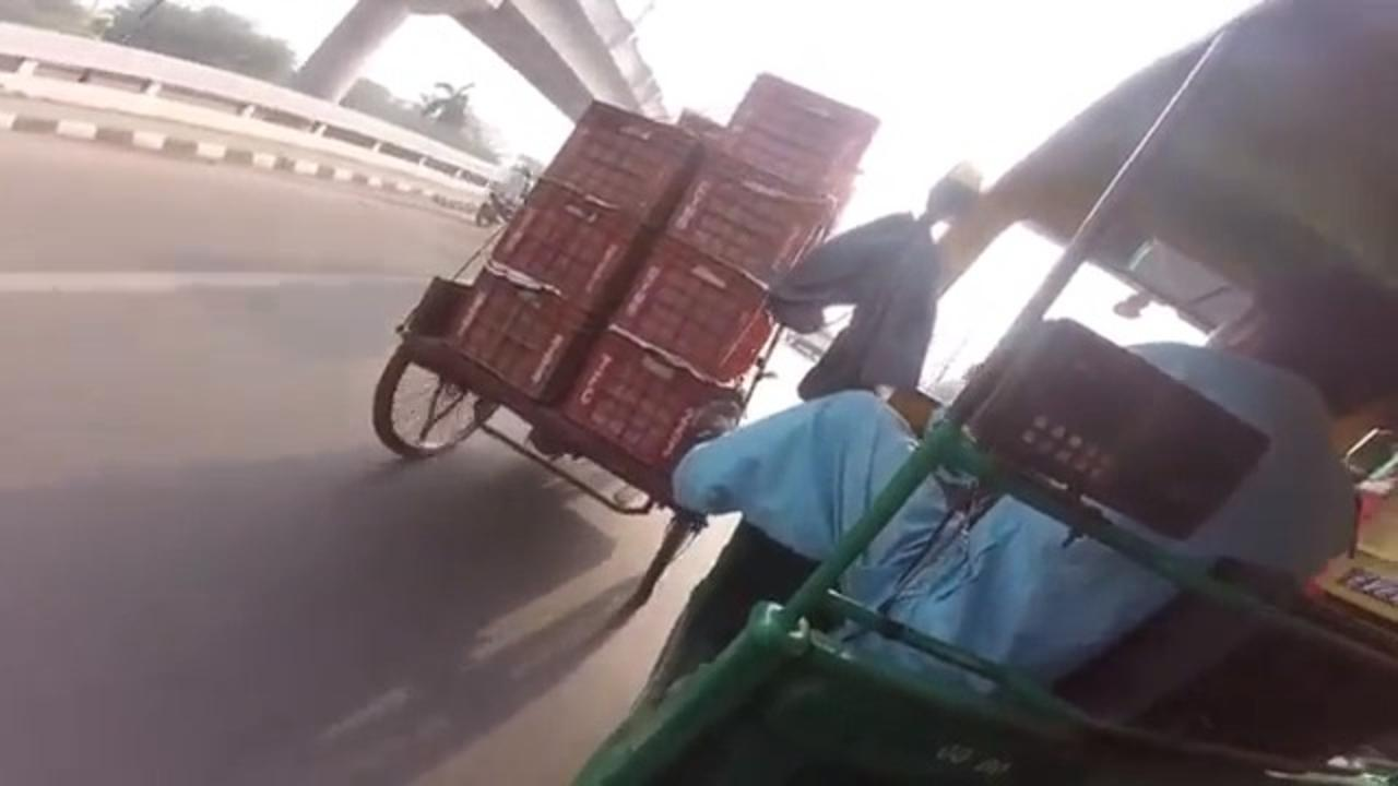 Auto-Rickshaw Driver Helps Cart Driver to Climb Up Incline By Pushing His Cart With His Foot