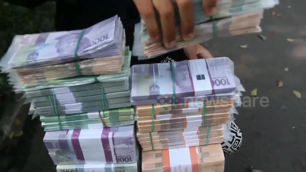 Jakarta money sellers struggle as demand drops amid travel ban