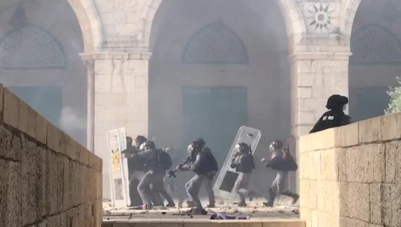 Israeli troops fire on Palestinian worshippers at Al-Aqsa Mosque
