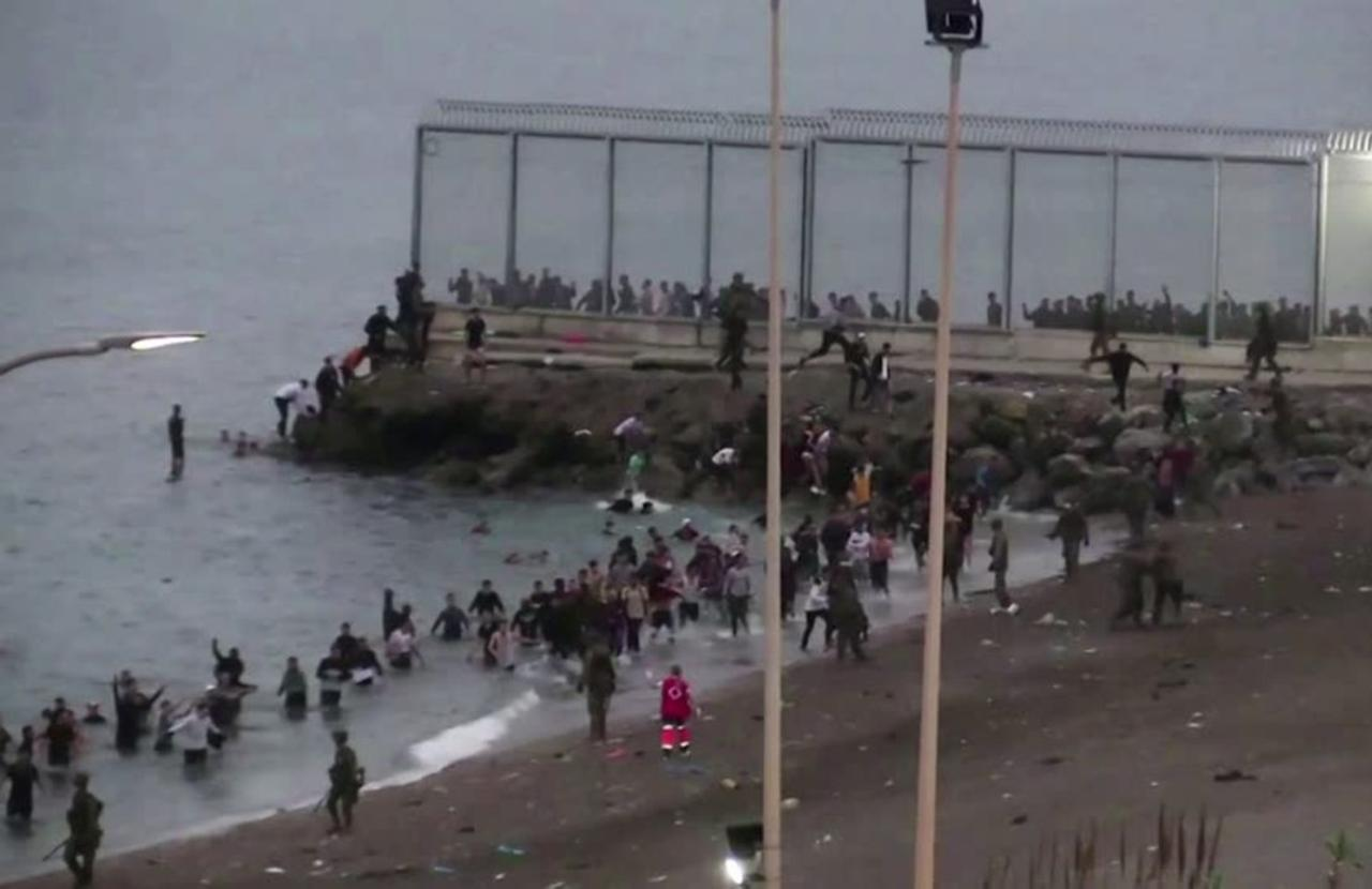 Thousands of migrants reach Spain from Morocco
