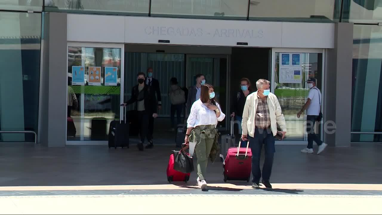First UK tourists arrive in Portugal after country opens borders