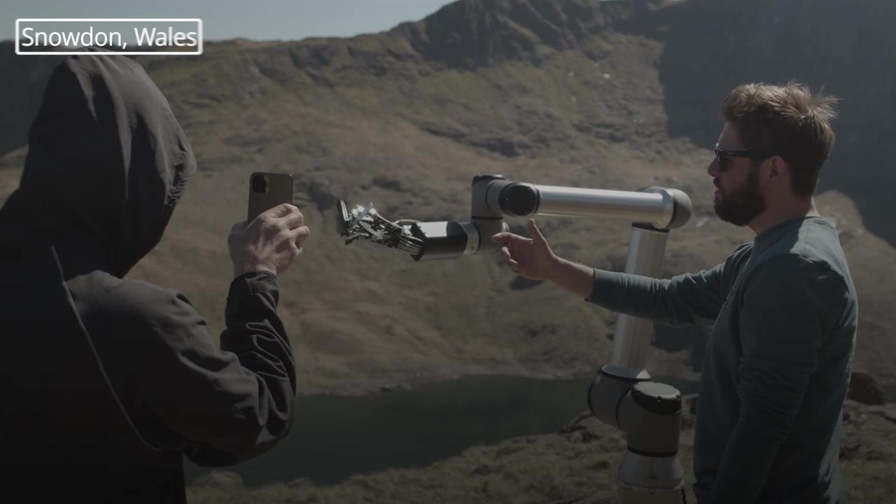 Robot barber shaves Lucifer star Tom Ellis in test of 5G network