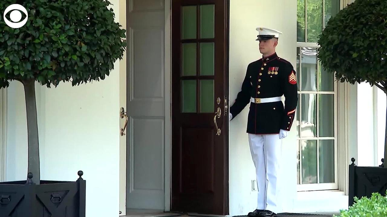 WEB EXTRAL Marine Holds Door Open For George Floyd's Daughter Gianna